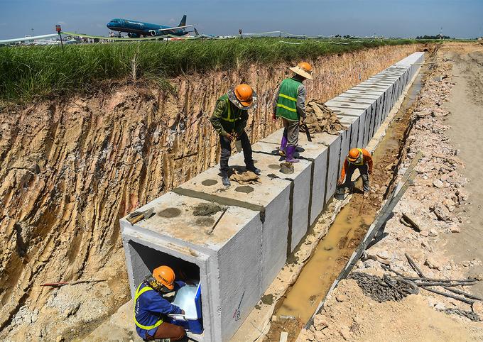 Công trường xây dựng đường lăn thoát nhanh tại sân bay Nội Bài vào tháng 7. Ảnh Giang Huy