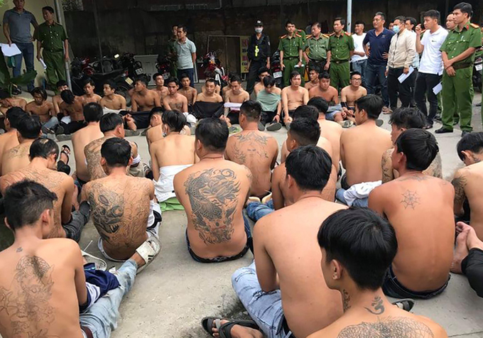 Hai băng nhóm bị bắt đưa về Công an TP Biên Hòa chiều 29/9. Ảnh: Thái Hà