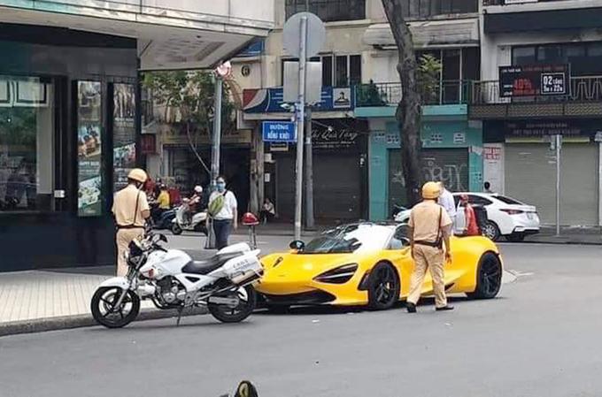 Chiếc xe bị cảnh sát kiểm tra. Ảnh: Văn Võ.