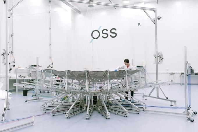 Một vệ tinh đặt trong phòng sạch của Oxford Space Systems tại Harwell, Anh. Ảnh: NYT.
