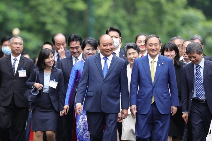 Thủ tướng Việt Nam Nguyễn Xuân Phúc và Thủ tướng Nhật Suga, hàng đầu tiên, trong cuộc gặp sáng 19/10 tại Hà Nội. Ảnh: Ngọc Thành.