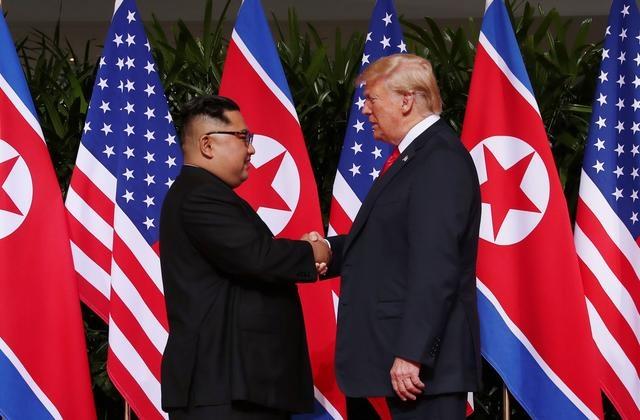 Tổng thống Mỹ Donald Trump (phải) bắt tay lãnh đạo Triều Tiên Kim Jong-un tại hội nghị thượng đỉnh đầu tiên ở Singapore vào tháng 6/2018. Ảnh: Reuters.