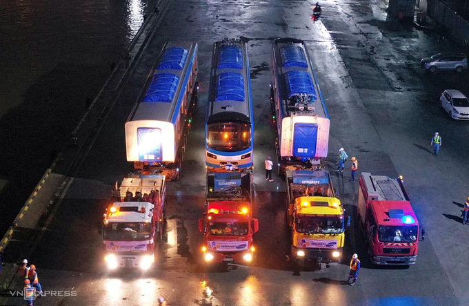 Đoàn xe chở metro chuẩn bị rời cảng Khánh Hội. Ảnh: Quỳnh Trần.