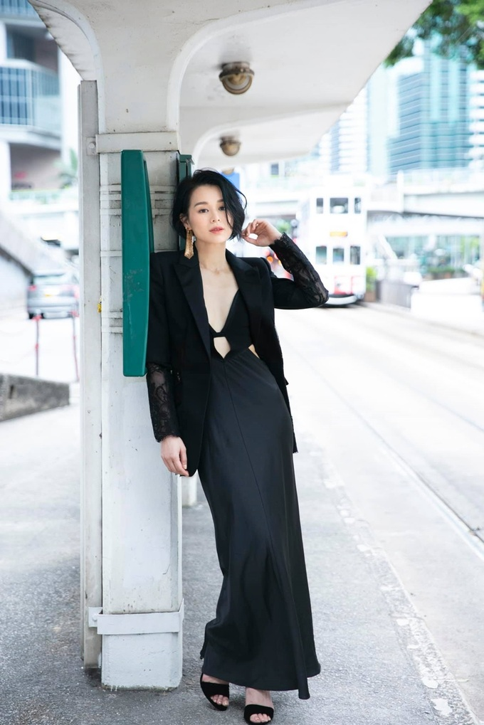 Cô tạo dáng trên phố với cây đen của Alexander McQueen. Trên Weibo, nhiều fan khen Hạnh Nhi ngày càng đẹp, trẻ trung.