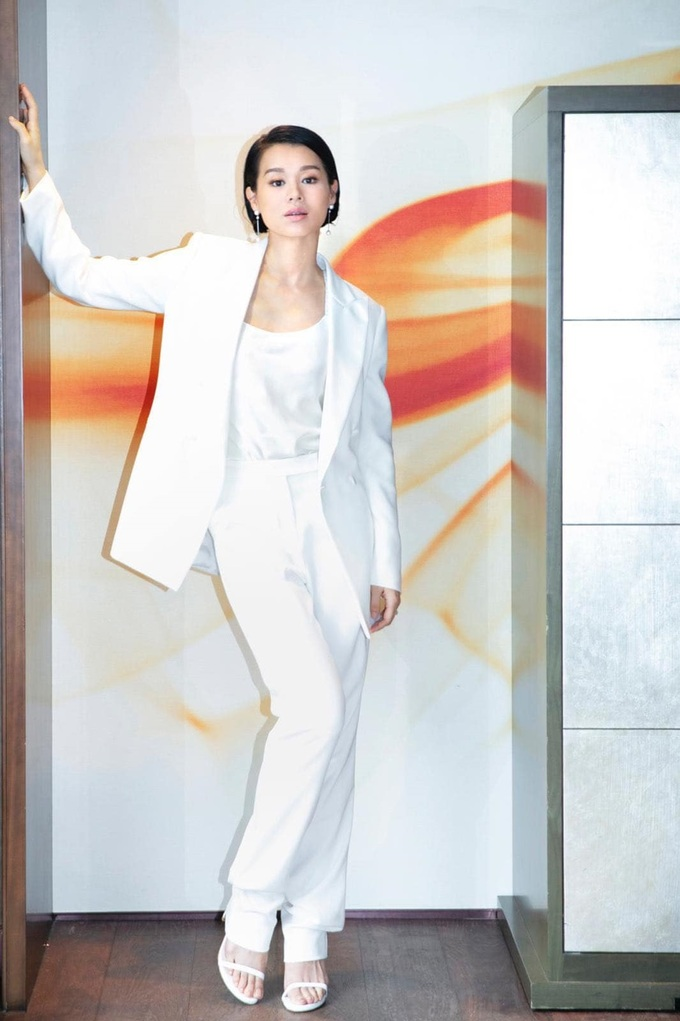 Cô dự sự kiện với cây trắng của Max Mara. Theo Sohu, các trang phục đơn sắc sáng màu giúp cô ăn gian tuổi. Từ khi làm mẹ, cô ít đóng phim song đắt show quảng cáo.