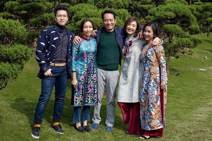 Mỹ Linh (phải) cùng nhạc sĩ Anh Quân và ba con. Ảnh: Nhân vật cung cấp.