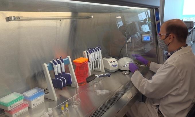 Một kỹ thuật viên tại cơ sở sản xuất vaccine Covid-19 của Pfizer ở St. Louis, Missouri. Ảnh: Reuters.