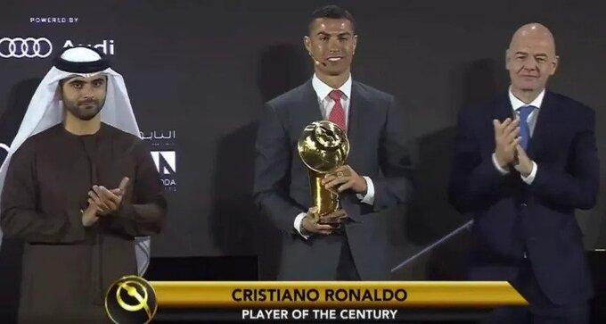 Ronaldo (giữa) nhận thưởng cùng Al Maktoum (trái) và Infantino (phải). Ảnh chụp màn hình