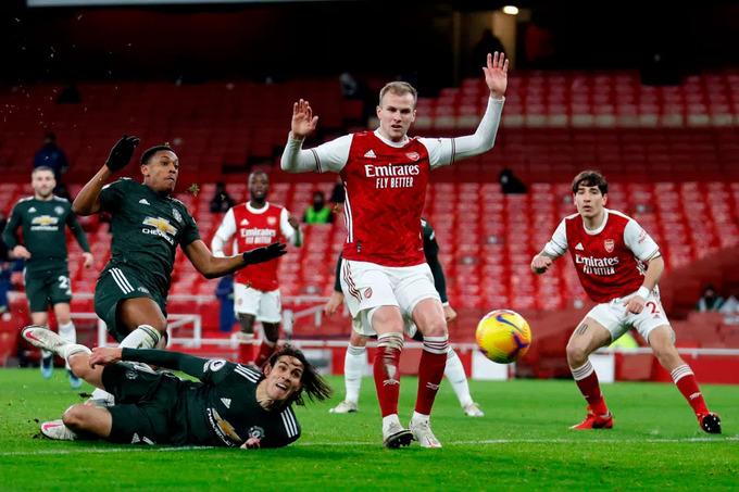 Cavani và Martial trong một tình huống bỏ lỡ cơ hội trước Arsenal. Ảnh: News Group