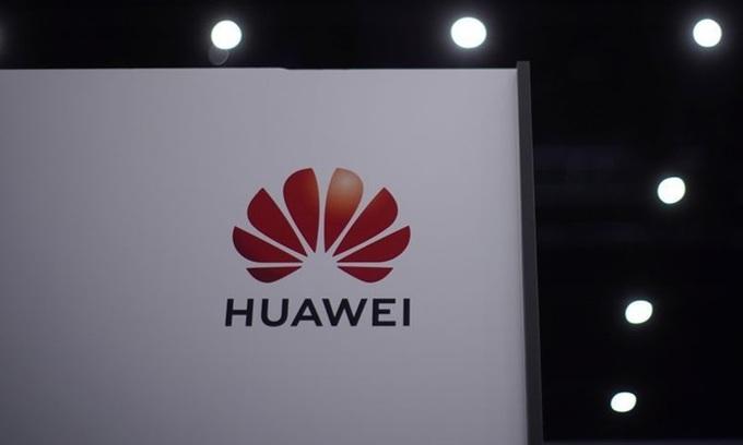 Logo Huawei tại một sự kiện ở Thượng Hải tháng 9/2020. Ảnh: Reuters.