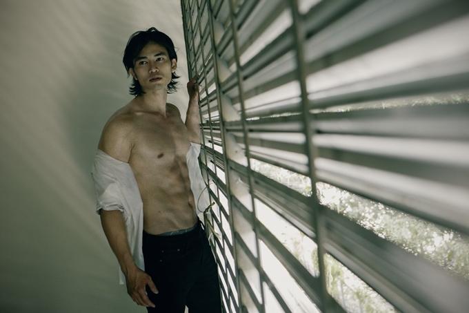 Lê Anh Huy khoe thân hình sáu múi khỏe khoắc trong bộ ảnh bán nude.