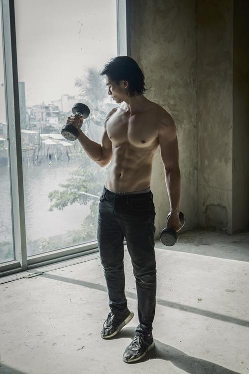 Thời gian đó, mỗi ngày anh đều đặn tập gym, tập võ với đội cascadeur. Ngoài ra, anh học diễn xuất của diễn viên - đạo diễn Kathy Uyên và tham gia các buổi phân tích nhân vật cùng tổ đạo diễn của phim Kiều.