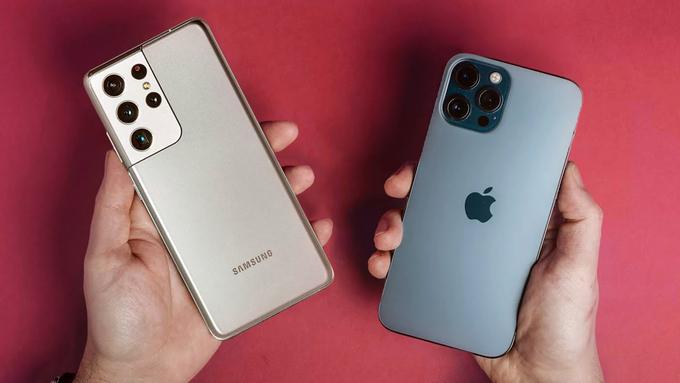Galaxy S21 Ultra có kích thước lớn hơn một chút so với iPhone 12 Pro Max. Ảnh: Cnet.