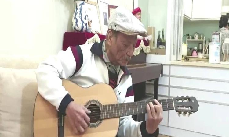 Nghệ sĩ Trần Hiếu hát
