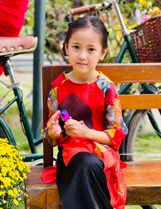 Công chúa nhỏ nhà Hà Kiều Anh háo hức khi được mẹ đưa đi dự hội xuân cùng thầy cô, bạn bè.