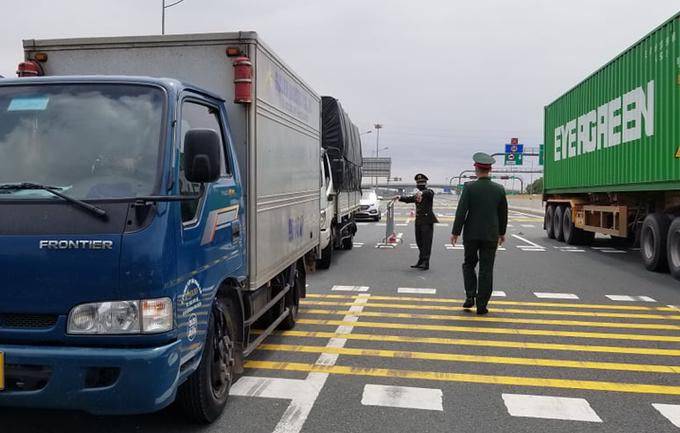 Xe tải biển số tỉnh Hải Dương lưu thông trên cao tốc Hà Nội - Hải Phòng bị yêu cầu quay đầu, đi hướng khác ngày 22/2. Ảnh: Giang Chinh.