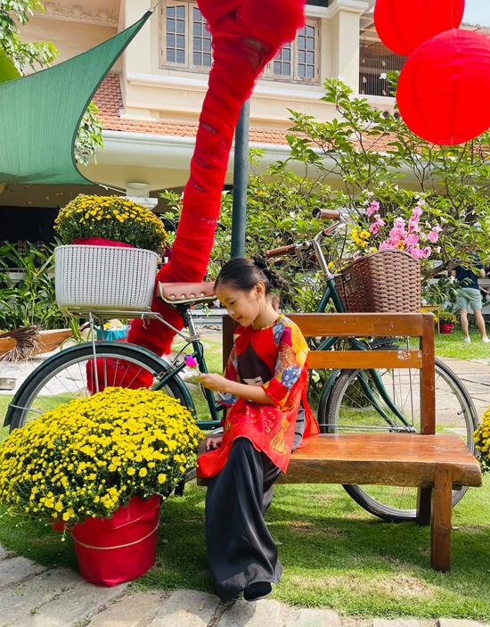 Nhóc tỳ 6 tuổi mặc áo dài đỏ, họa tiết phong cách Nhật Bản trông duyên dáng như một thiếu nữ nhí.