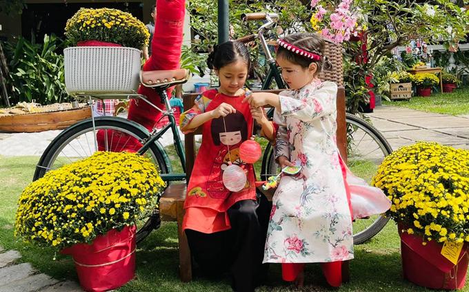 Con gái Hà Kiều Anh hồn nhiên chơi đùa cùng một cô bạn chung trường.