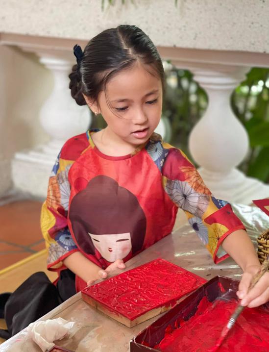 Bé hào hứng tham gia các trò chơi dân gian và tìm hiểu về phong tục Tết cổ truyền.
