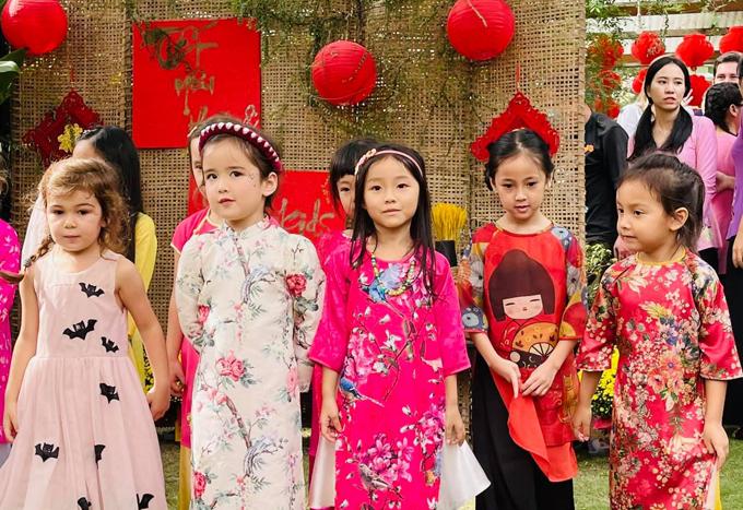 Vẻ bẽn lẽn, e thẹn của Vivian khi chụp ảnh cùng bạn bè tại lễ hội xuân khiến nhiều người thích thú.