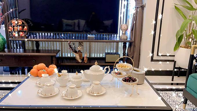 Phương Oanh thuê thiết kế và chăm chút cho từng món đồ trong căn hộ mới.