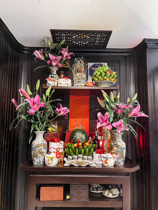 Phương Oanh dành trọn hai ngày cuối năm để dọn dẹp, mua sắm và bày biện bàn thờ với mâm ngũ quả, bánh kẹo và hoa tươi.