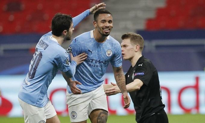 Bernardo Silva (trái) và Jesus cụ thể hoá sự vượt trội về thế trận và chất lượng lối chơi của Man City thành hai bàn dẫn trước Gladbach. Ảnh: AP
