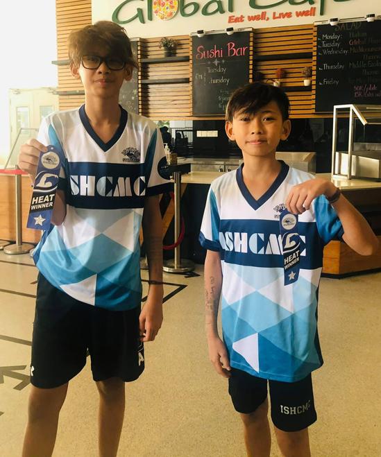 Hai con trai của Hà Kiều Anh là Vương Khang, Vương Khôi khiến bố mẹ tự hào khi đoạt thành tích chiến thắng một cuộc thi bơi hôm 30/1.