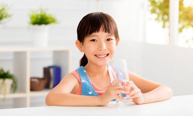 Tế bào não của trẻ sẽ hoạt động trơn tru hơn sau khi được bổ sung nước, do nước trong cơ thể có thể thúc đẩy khả năng nhận thức. Ảnh minh họa.