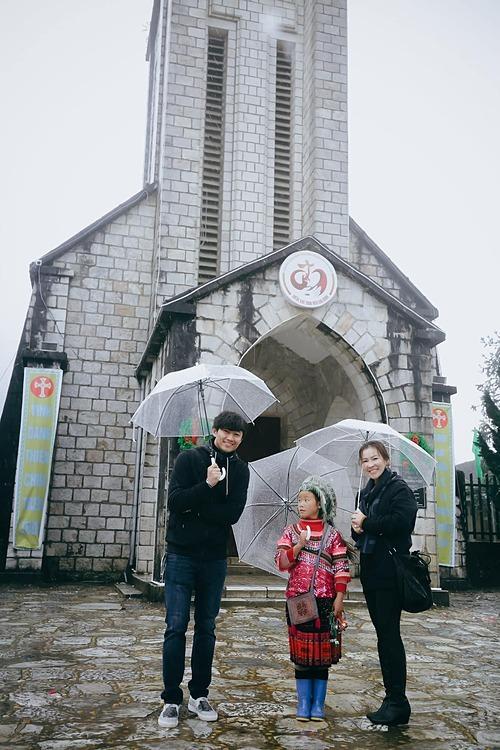 Vợ chồng diễn viên Quý Bình chụp ảnh cùng cô bé Sapa.
