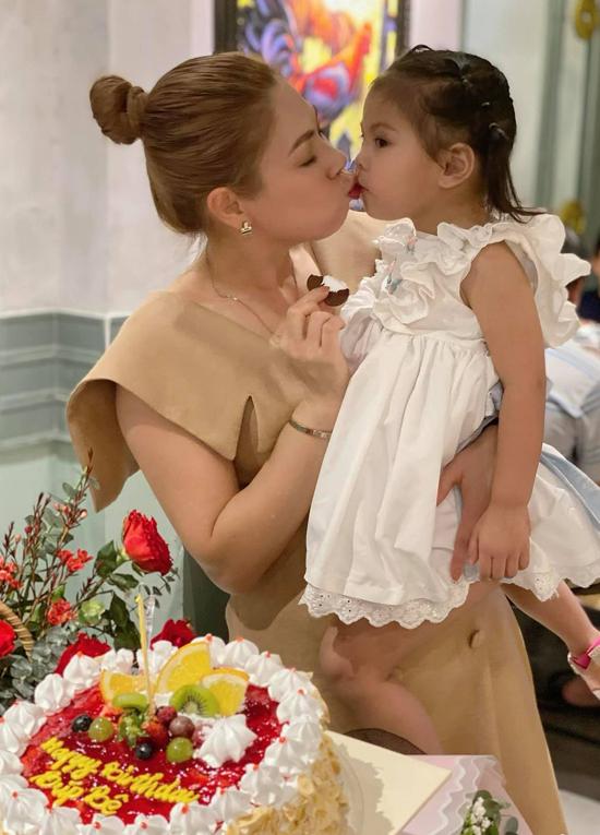 Bé Talia hơn 2 tuổi rất tình cảm, đáng yêu và quấn mẹ không rời. Chồng Thanh Thảo hiện ở Mỹ. Anh nóng lòng muốn về Việt Nam sum họp với vợ con.