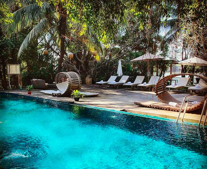 Khu nghỉ sở hữu một bể bơi ngoài trời với hàng ghế nghỉ hình dáng signature. Từ đây, du khách vừa có thể hoà mình vào làn nước mát, sạch sẽ, vừa có thể cảm nhận làn gió mát từ sông Sài Gòn thổi vào.