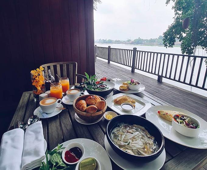 Bữa sáng phục vụ nhiều món ăn đa dạng phong cách Á - Âu. Ngô Thanh Vân và Huy Trần lựa chọn phở gà, một số loại bánh mì, sandwich và salad, uống kèm nước cam và cà phê.