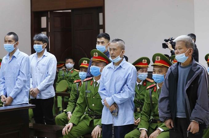 Bị cáo Lê Đình Công (đứng tứ hai, hàng đầu, từ trái sang phải). Ảnh: TTXVN
