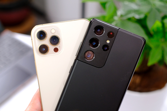 Các mẫu máy cao cấp của Apple và Samsung giảm giá mạnh dịp 8/3. Ảnh: Tuấn Hưng