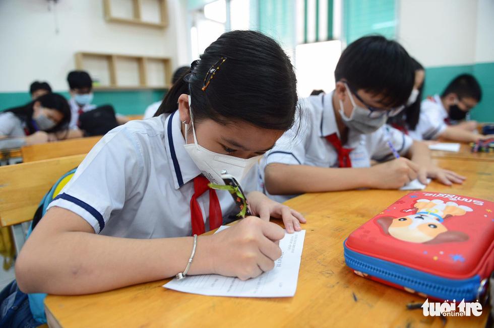 Học sinh TP.HCM trở lại trường sau kỳ nghỉ tết dài chống dịch - Ảnh 13.