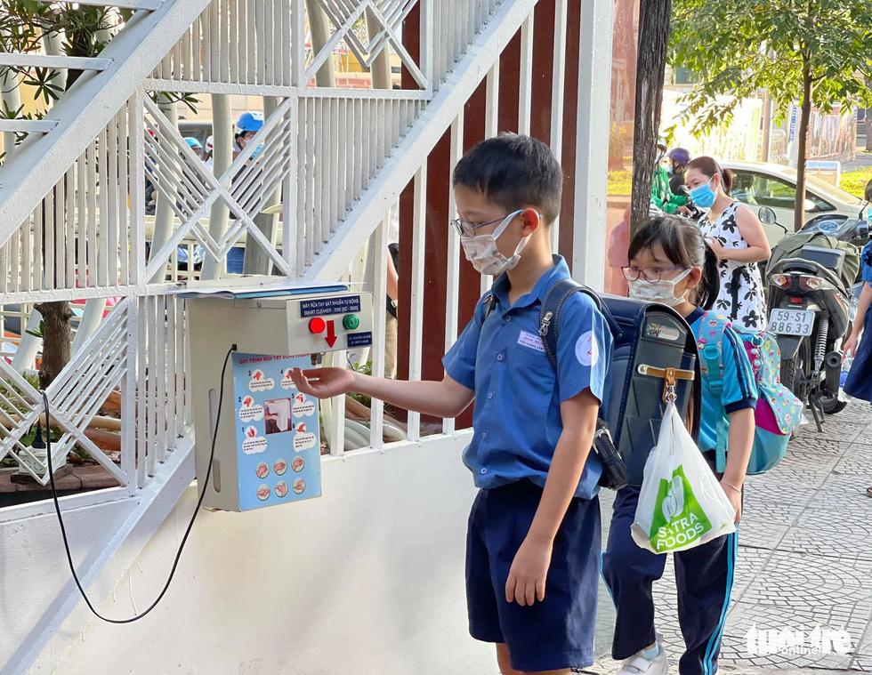 Học sinh TP.HCM trở lại trường sau kỳ nghỉ tết dài chống dịch - Ảnh 2.