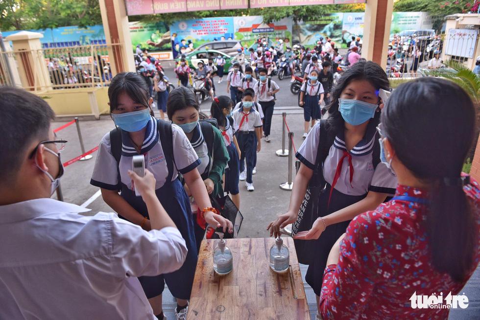 Học sinh TP.HCM trở lại trường sau kỳ nghỉ tết dài chống dịch - Ảnh 16.