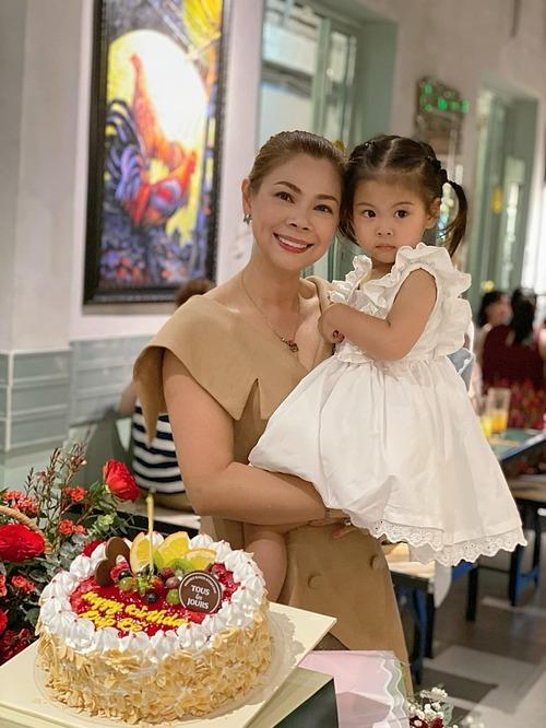Thanh Thảo hạnh phúc đón sinh nhật tuổi 43 tại Việt Nam bên con gái và người thân, bạn bè.