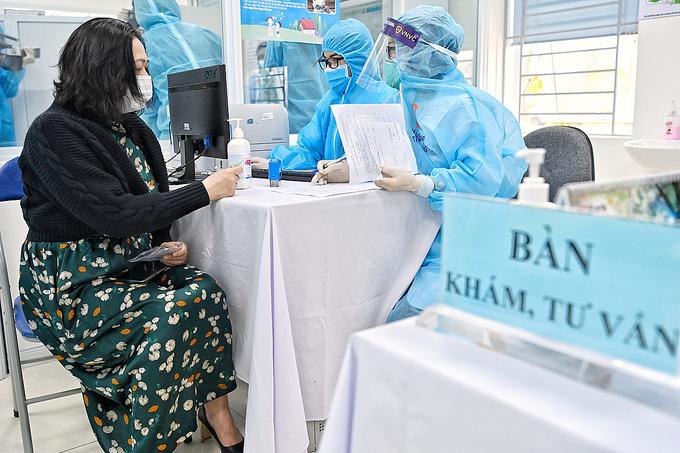 Người tiêm vaccine Covid-19 đang được khám, tư vấn trước tiêm. Ảnh: Giang Huy.
