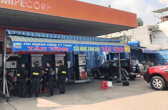 Cảnh sát khám xét một cây xăng trong chuyên án xăng giả tại TP HCM chiều 28/3. Ảnh: Thái Hà