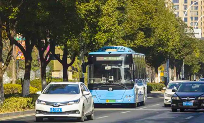 Xe buýt không người lái X-Bus của Huawei tương tác với các biển báo, camera... để nhận thông tin về giao thông. Ảnh: NDTV.