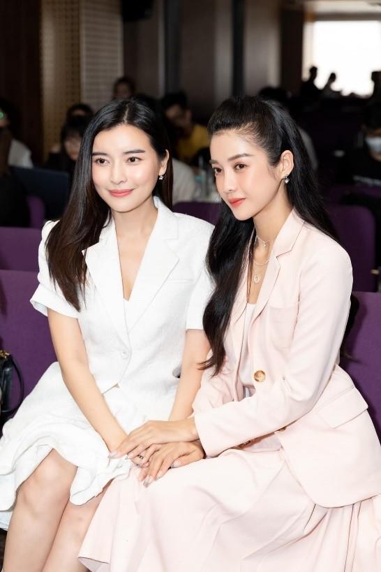 Diễn viên Cao Thái Hà (vai Hoạn Thư) và diễn viên Trình Mỹ Duyên (vai Kiều).