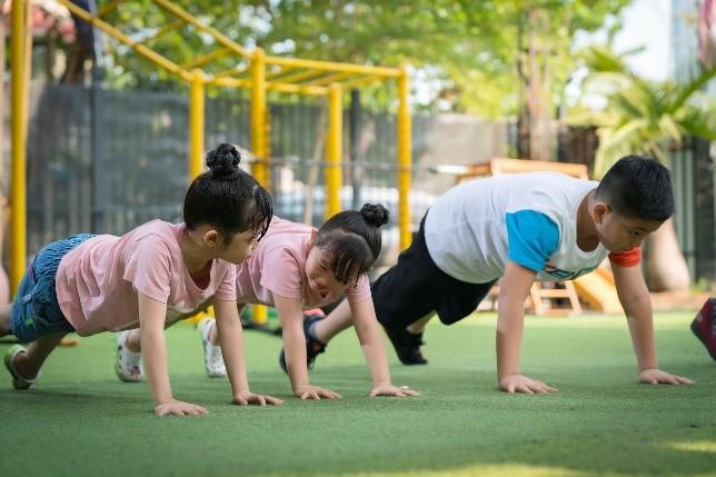Các bé khởi động trước khi tập luyện.