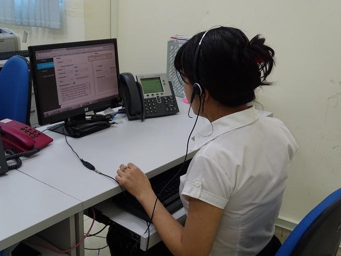 Nhân viên tổng đài 1022 tiếp nhận và xử lý cuộc gọi của người dân, hồi tháng 6/2020. Ảnh: Hà An.