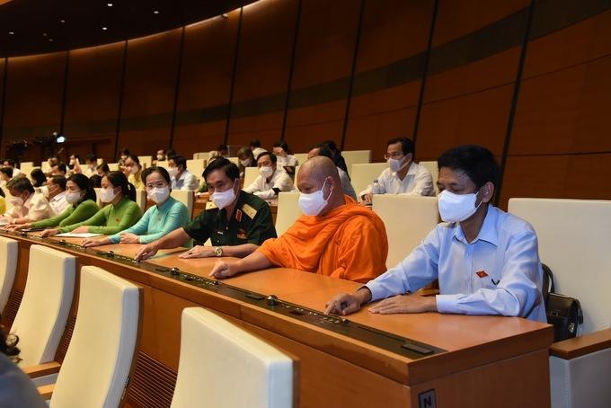 Các đại biểu Quốc hội bấm nút thông qua Nghị quyết kế hoạch tài chính quốc gia, vay và trả nợ 2021-2025. Ảnh: Giang Huy